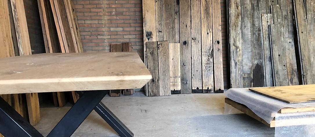 houten tafel en houten wandplanken van oud hout